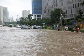 Cuộc sống người Hà Nội đảo lộn vì mưa ngập