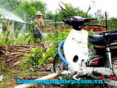 Lắp ráp máy bơm nước vào động cơ xe máy